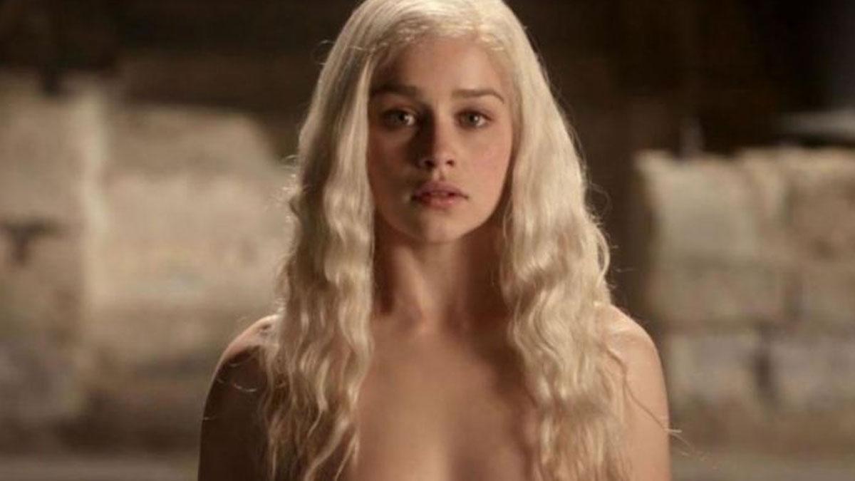 Emilia Clarke, Game of Thrones setinde çıplak sahnelerde yer alması için zorlanmış