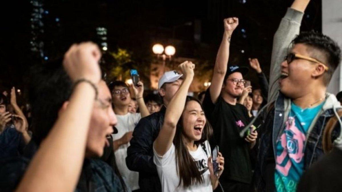 Hong Kong'da yerel seçimleri demokrat adaylar kazandı