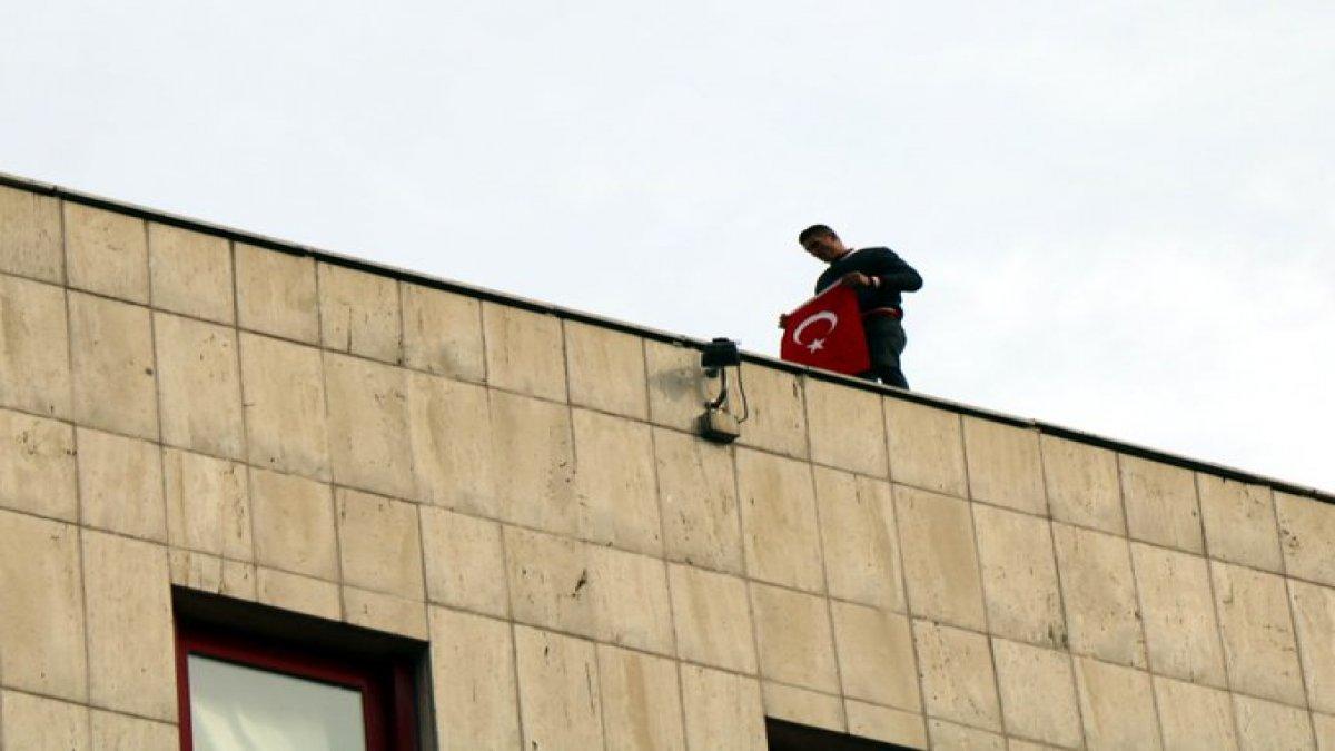 Askerde kalmak için Devlet Opera ve Balesi binasının çatısına çıktı