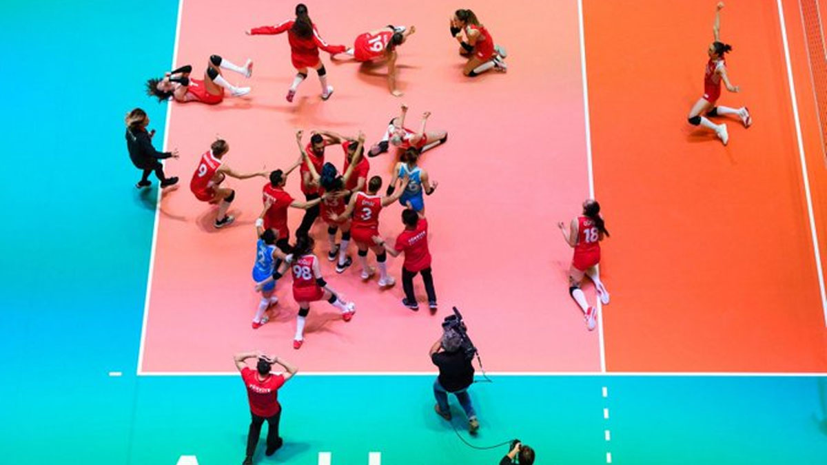 A Milli Kadın Voleybol Takımı'na kutlama mesajları