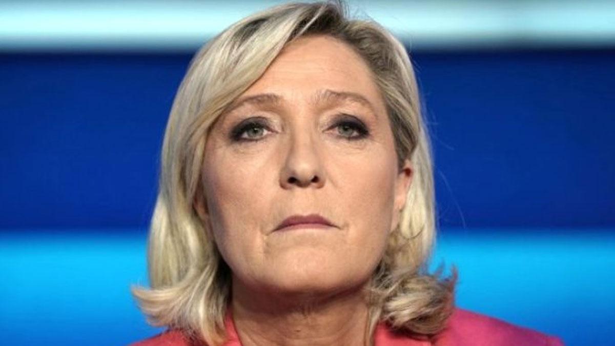 Fransa'da aşırı sağcı Le Pen adaylığını duyurdu