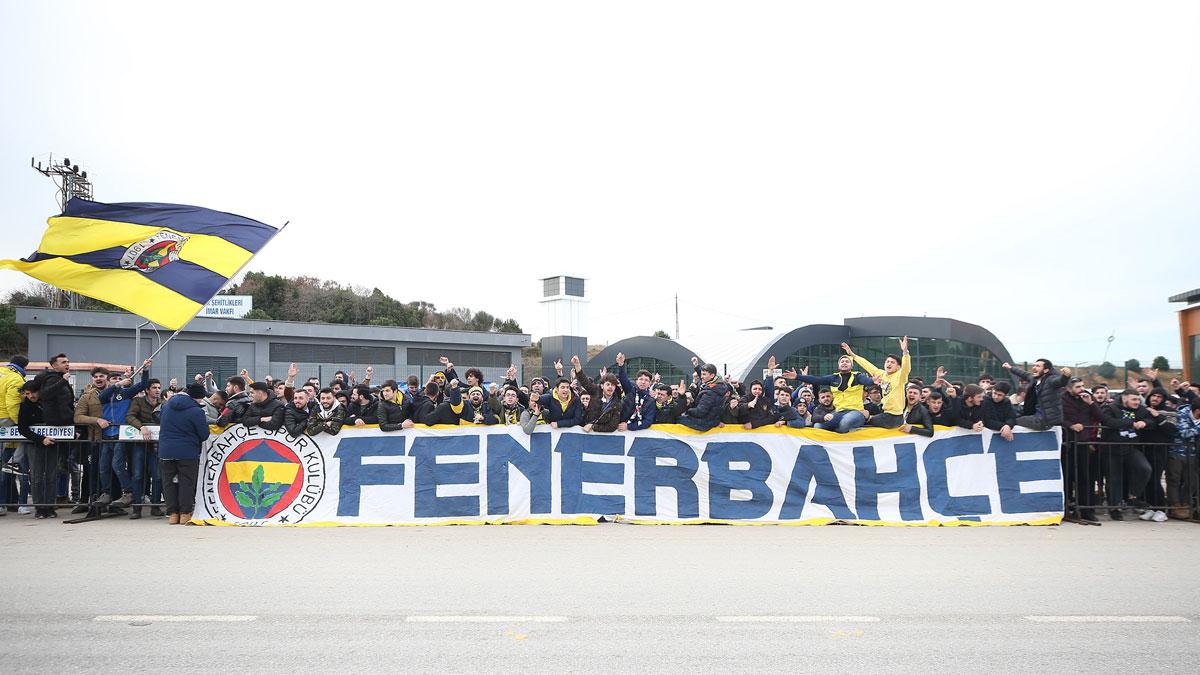 """Fenerbahçe taraftarları TFF'ye yürüdü: """"Fenerbahçe düşmanlarını yeneceğiz"""""""