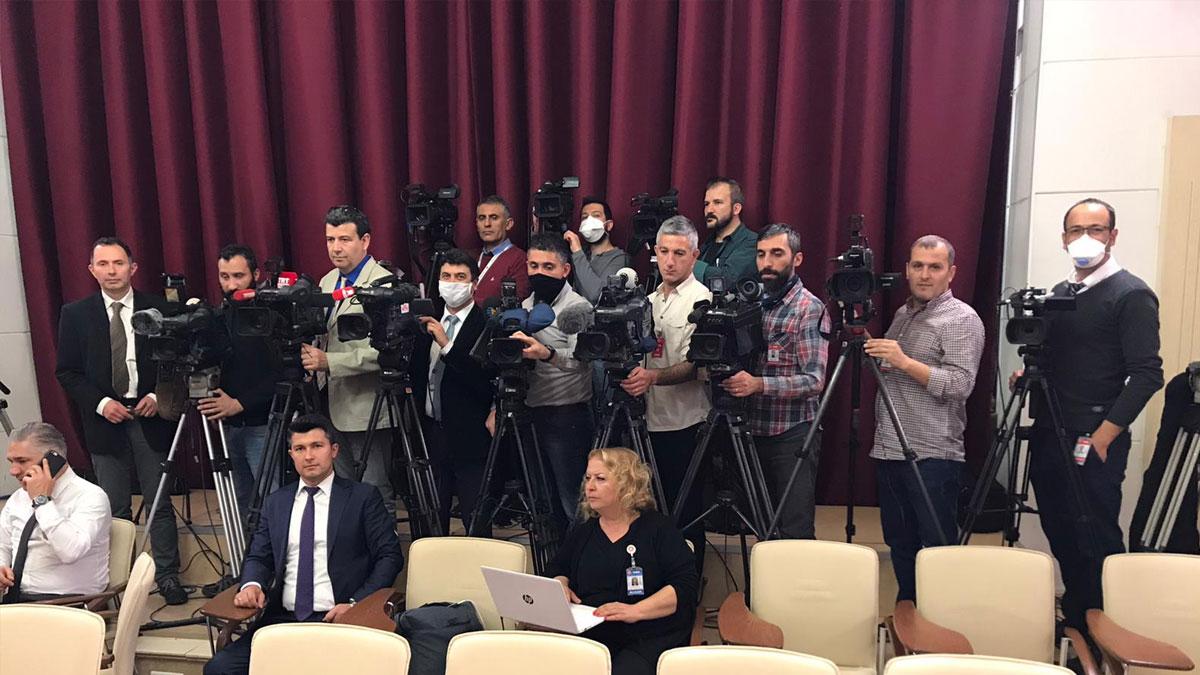 Corona günlerinde basın emekçileri: Bakanlık maske taktırmadı, Mecliste dip dibe yayın yaptılar