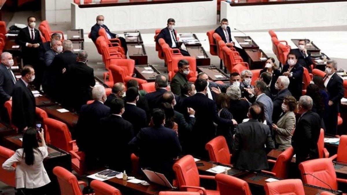 Meclis'te kavga: Sosyal mesafe yok sayıldı