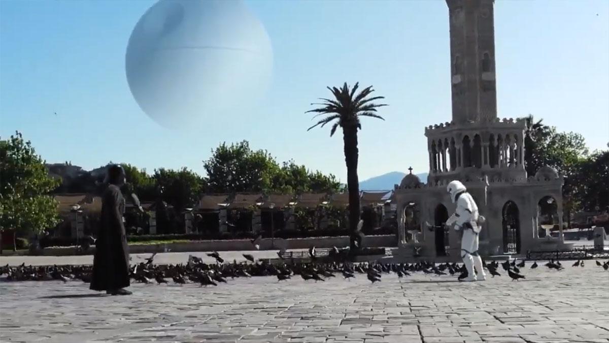 Darth Vader ve Stormtrooper İzmir'de güvercin besledi