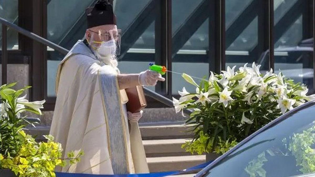ABD'de su tabancasıyla 'kutsal su' sıkan rahibin görüntüleri viral oldu