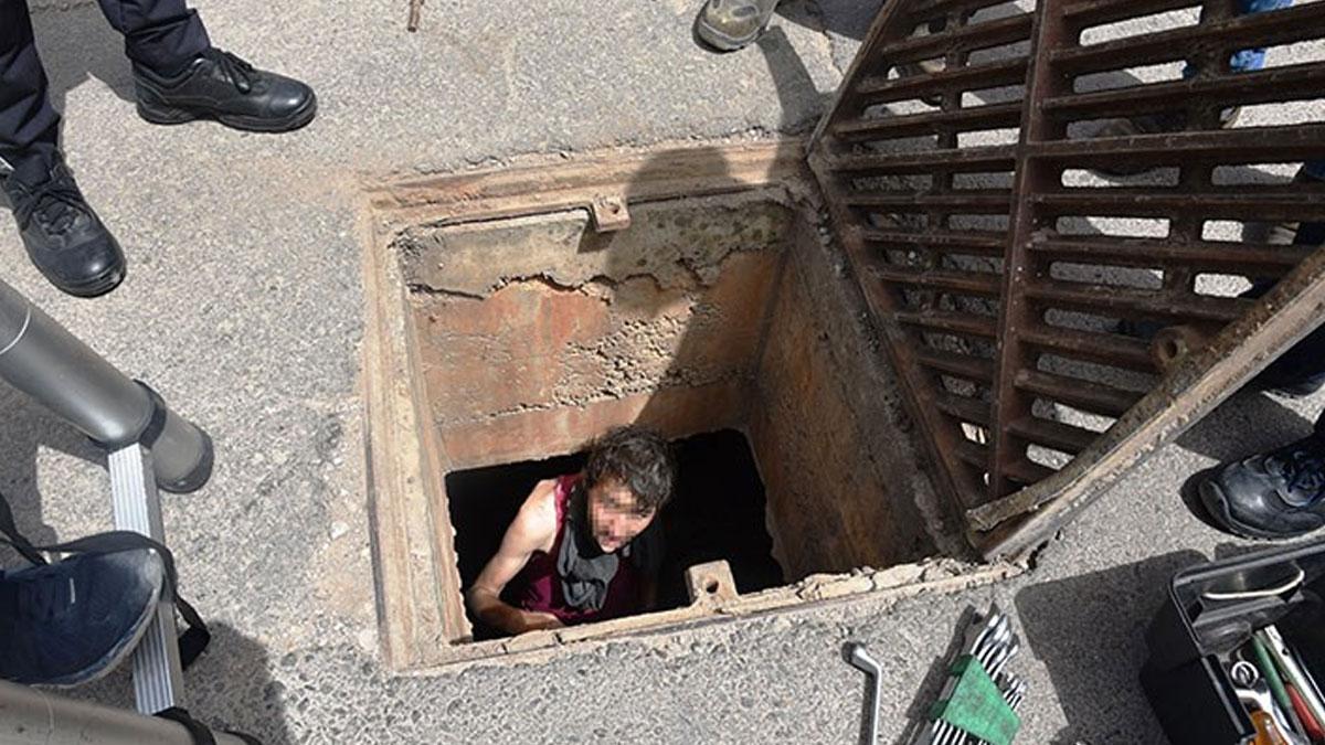 Karantinadaki mahalleye girmek isteyen kişi kanalizasyonda mahsur kaldı