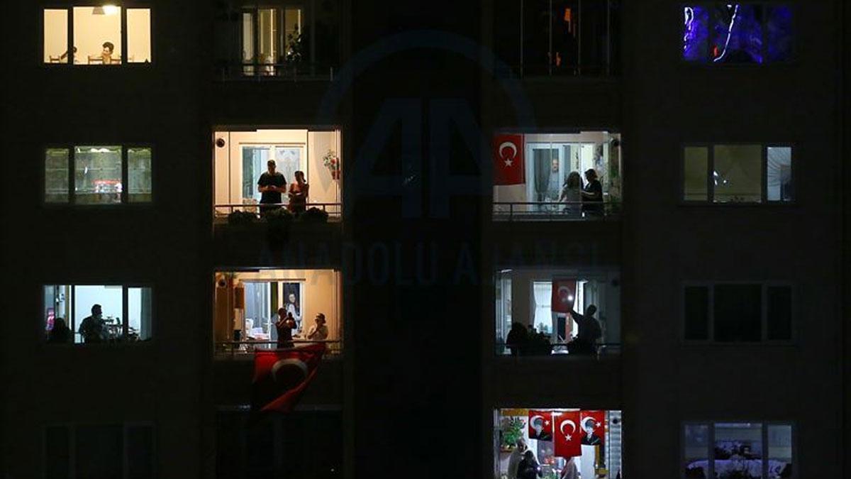 Saat 19.19'da yurttaşlar balkonlarda, CHP heyeti Anıtkabir'de