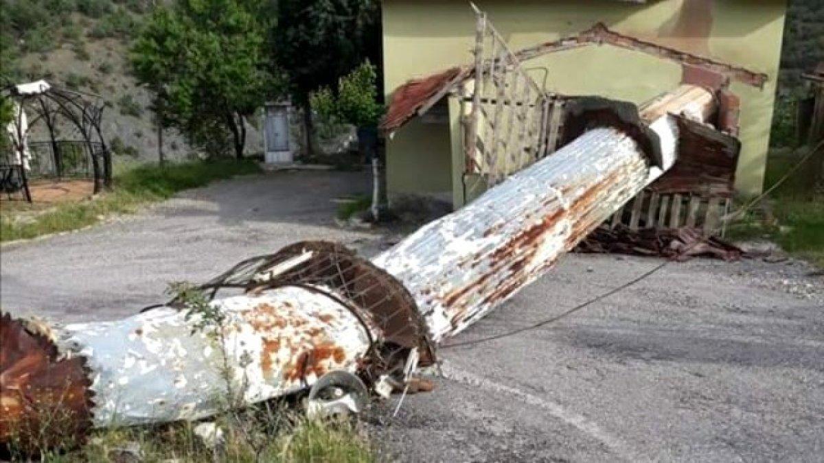 Ankara'da bir evin çatısına minare düştü
