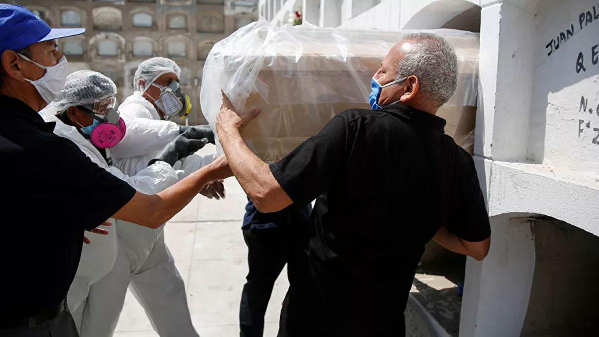 Peru'da belediye başkanı içki içerken basıldı, yakalanmamak için ölü taklidi yaptı