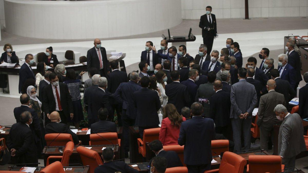 Çoklu Baro teklifi Meclis Genel Kurulu'nda: Baro başkanları Kuğulu Park'ta Savunma Nöbeti'nde