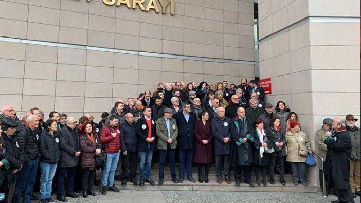 Meslektaşları, Cumhuriyet davasında cezaları onanan gazeteciler için nöbette #GazetecilikSuçDeğildir