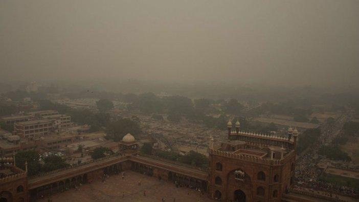 Hindistan'da acil durum ilan edildi: Beş milyon maske dağıtıldı