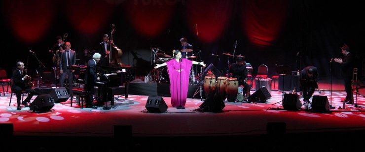 Pink Martini, İzmirli hayranları için söyledi
