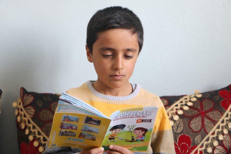 Kitapları tersten okuyan Yüksekovalı Ömer, yeteneğiyle herkesi şaşırtıyor