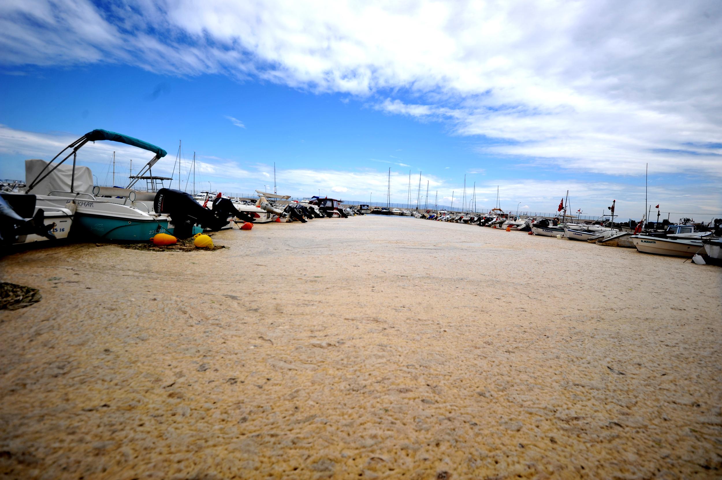 deniz-salyasiyla-kaplanan-mudanya-yat-limani-havadan-goruntulendi-8828-dhaphoto12.jpg