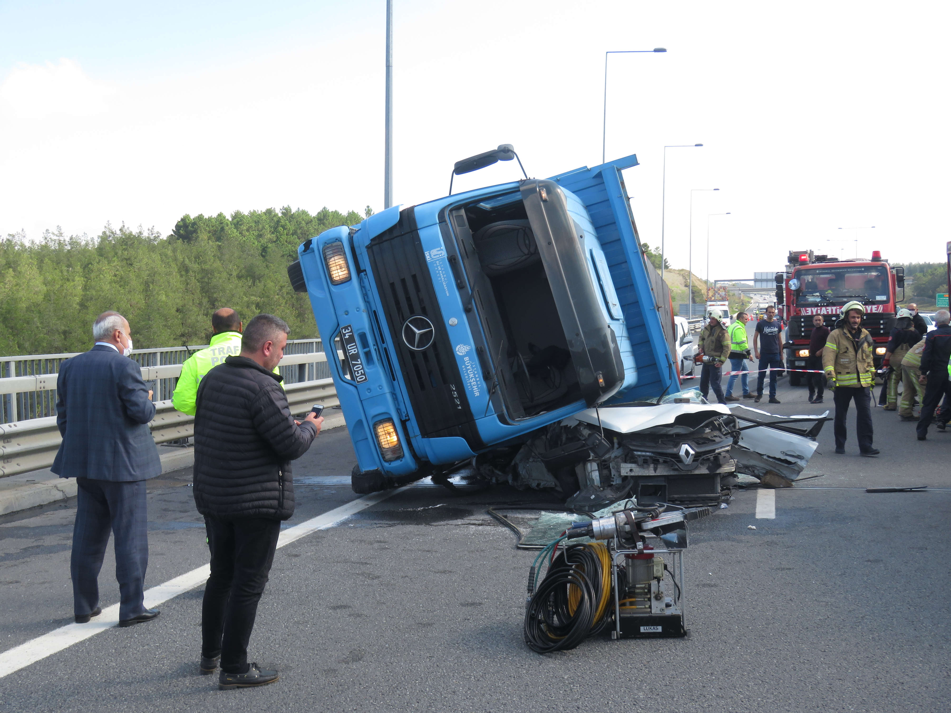 İstanbul'da feci kaza: TIR, otomobilin üstüne devrildi