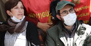 Açlık grevi yapan akademisyen Nuriye Gülmen ile öğretmen Semih Özakça gözaltına alındı