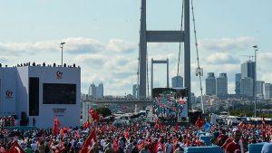 Binlerce yurttaş 15 Temmuz Şehitler Köprüsü'ne akın etti