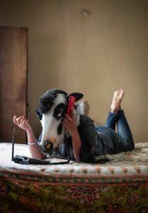 Hindistan'da kadınlar inek maskesi taktı, ortalık karıştı!