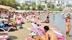 Muğla depreminin ardından tatilciler kendini serin sulara bıraktı, plajlar doldu