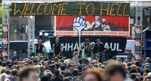"""Onlarca lideri """"Cehenneme Hoş Geldiniz"""" pankartıyla karşıladılar!"""