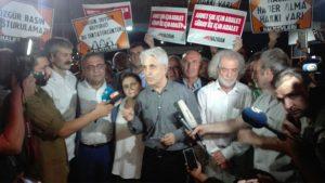 Cumhuriyet davasında tahliye kararı verilen 7 ismi, Silivri cezaevi önünde kalabalık karşıladı