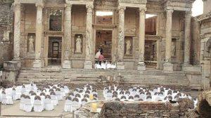 Efes'te tepki çeken davetlere talep kesildi