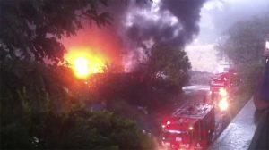 Eyüp'te yıldırım düşen fabrikada yangın çıktı