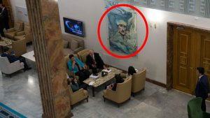 Meclis Muhalefet Kulisinden kaldırılan Mareşal Atatürk resmi yerine kalpaklı ebru resmi asıldı