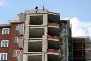 İnşaat işçileri alacakları için çatıya çıktı