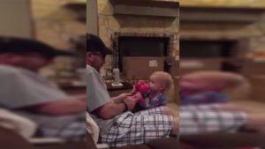 Yok böyle bir şirinlik! Babasının oyununa gelen minik kızın mücadelesi…