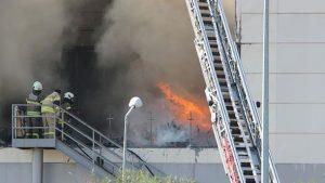 İzmir'de AVM alev alev yandı!