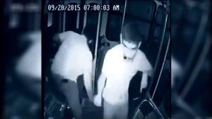 Otobüs şoförünü gaspçıdan kurtarmaya yardım eden engelli çocuk…