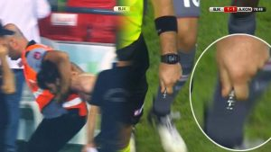 Beşiktaş-Konyaspor maçında tribünlerde gerginlik: Taraftar bıçakla sahaya girdi