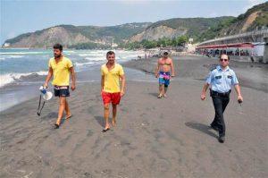 Zonguldak'ta denize girenleri tek tek çıkarttı!