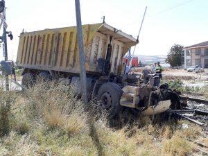 Elazığ'da yük trenine çarpan kamyon ikiye bölündü