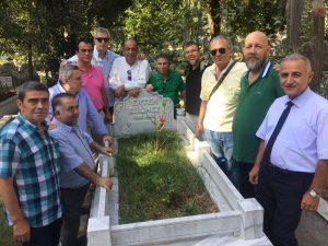 Hababam Sınıfı Ertem Eğilmez'i mezarı başında andı