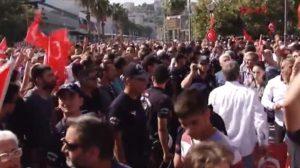 İzmir'in kurtuluş kutlamarında polis iki grubun arasına girdi