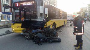 Kadıköy'de belediye otobüsü ile otomobil çarpıştı: Ölü ve yaralılar var