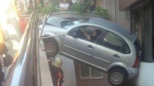 Kadın sürücü aracıyla birlikte havada asılı kaldı