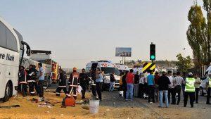 Yolcu otobüsü mısır yüklü tıra çarptı: Ölü ve yaralılar var