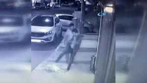 Bu vicdansızlık: Kaldırımda duran köpeğe tekme attı