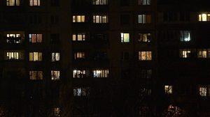 Kendi evinde şort giyen genç kadını, apartman yöneticisine şikayet ettiler!