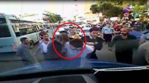 Polis minibüsçüye kafa atarak, böyle gözaltına aldı!