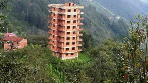 Karadeniz'de doğal güzelliğin içinde yükselen çirkin binalar!