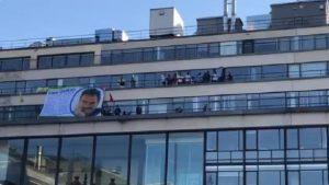 PKK üyeleri AFP'nin binasını işgal edip, Abdullah Öcalan'ın resmini astı