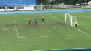 Tayland'da futbol maçında inanılmaz penaltı atışı: Direğe çarpıp yükselince kaçtı zannedildi…