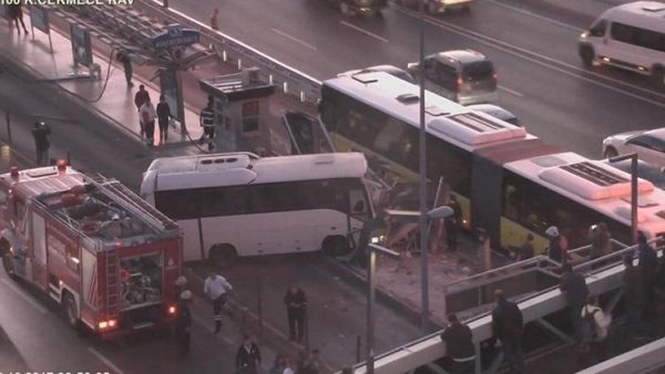 Servis metrobüs durağına girdi!