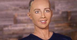 Suudi Arabistan'ın başı açık ilk kadın vatandaşı; Robot Sophia'dan şok yanıt!